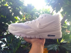 Nike Air EnterTrainer white in hand