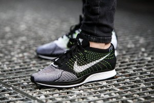 Nike Flyknit Coureur Noir Blanc Volts Sur Les Pieds vente best-seller naviguer en ligne vente profiter vente parfaite OcGpCIFeAE