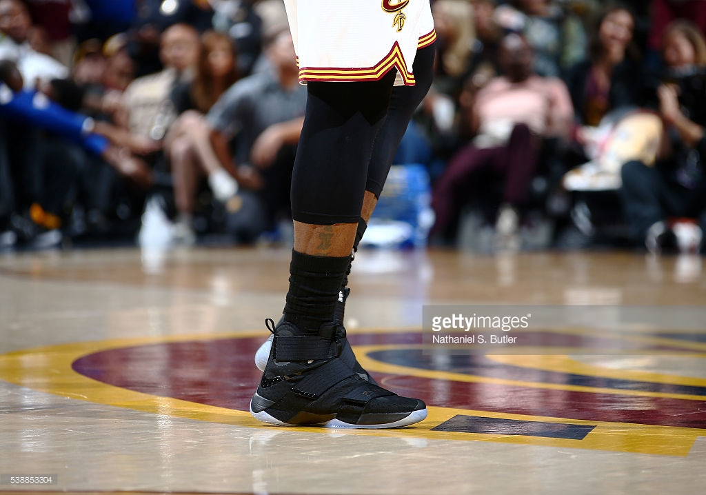 LeBron James tại Game 3 NBA Finals 2016 với LeBron Soldier X.
