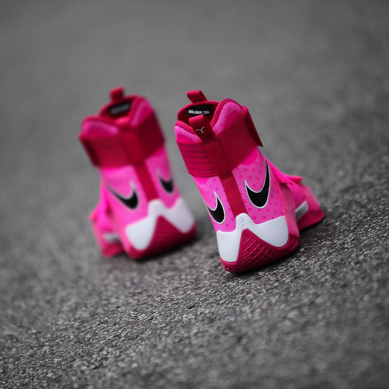new concept 986b9 50389 A Nike LeBron Soldier 10 for Breast Cancer Awareness ...