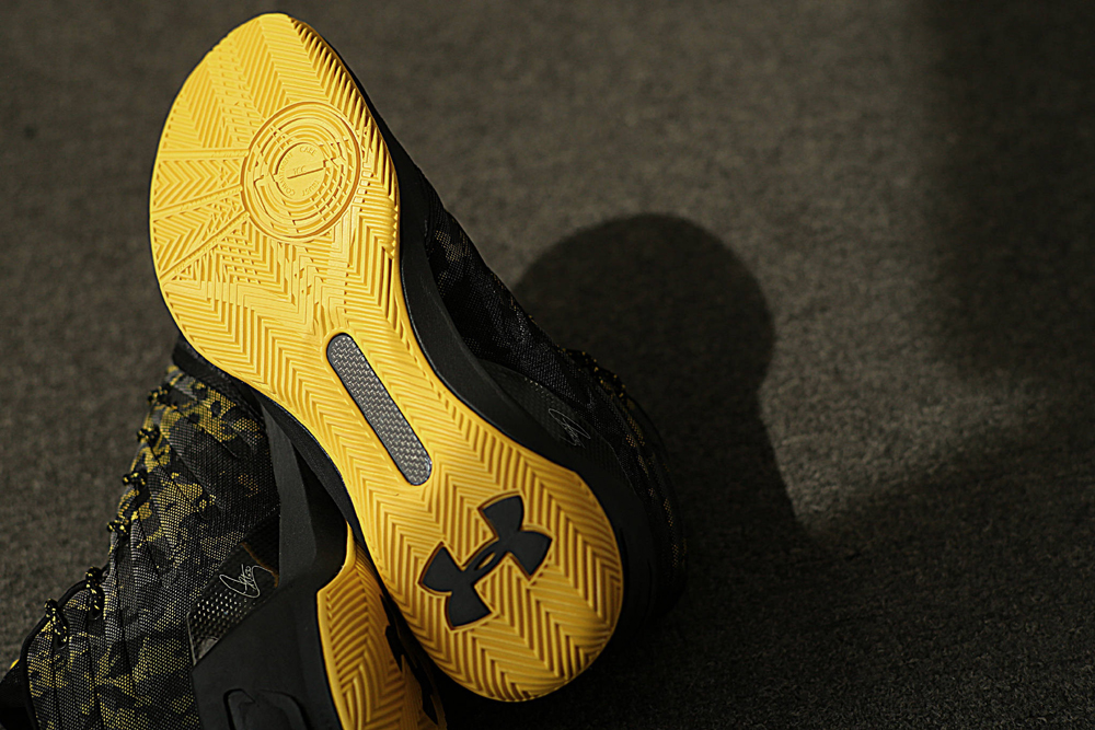 get-up-close-and-personal-with-the-under-armour-curry-3-black-taxi-9