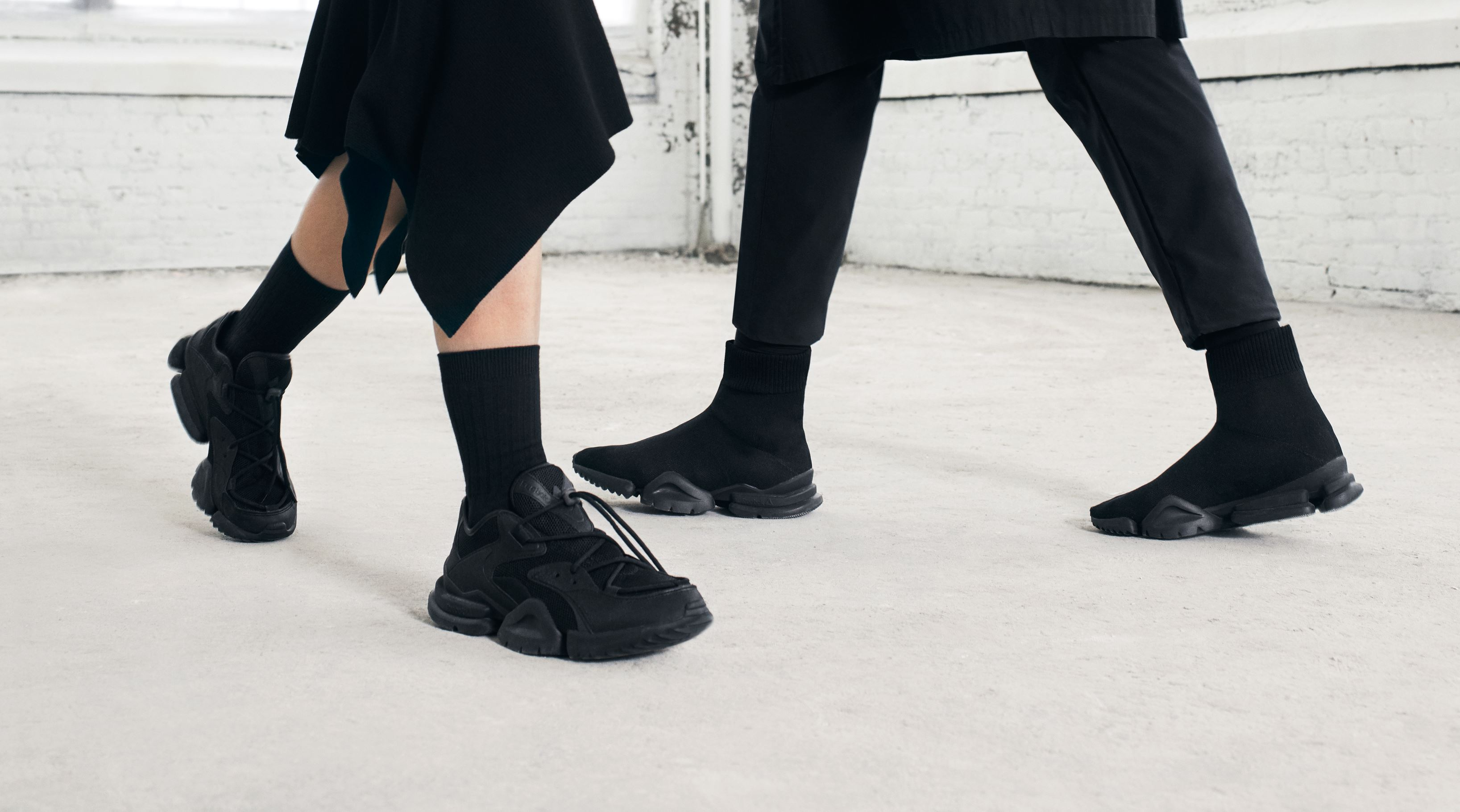 Puntuación sustracción caligrafía  The Reebok Sock Run.r and Run.r 96 Get a Final Drop in 'Triple Black' -  WearTesters